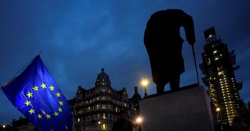 La bandiera  Ue vicino alla statua di Winston Churchill a Londra